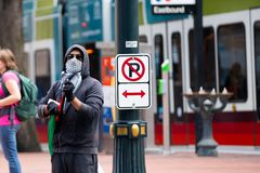 Manifestante enmascarado incógnito con la bandera de Palestina fotos de archivo