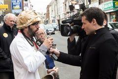 Manifestante entrevistado con en la protesta anti de UKIP en Thanet South Fotos de archivo libres de regalías