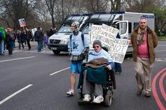 Manifestante lisiado delante de las furgonetas del alboroto, Londres imagen de archivo libre de regalías