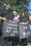 Manifestante pacifista en negro Imagen de archivo libre de regalías