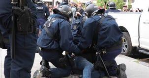 Manifestante que es arrestado por la policía antidisturbios almacen de metraje de vídeo