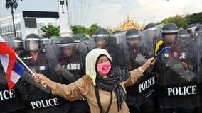 Manifestante y policía Imagen de archivo libre de regalías