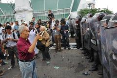 Manifestante y policía Fotos de archivo libres de regalías