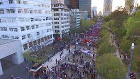 Manifestantes aéreos marcha del tiro y lemas del grito