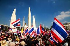 Manifestantes antis del gobierno en el monumento de la democracia Foto de archivo libre de regalías