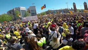 Manifestantes catalanes con símbolos catalan nacionales en Barcelona para apoyar la libertad de los presos políticos