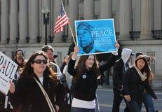 Manifestantes con la muestra de Ron Paul Foto de archivo