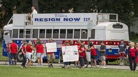 Manifestantes contra Christie como él declara para la presidencia Imágenes de archivo libres de regalías