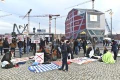 Manifestantes contra la reconstrucción de un palacio histórico en centro de ciudad de Berlín. Foto de archivo libre de regalías