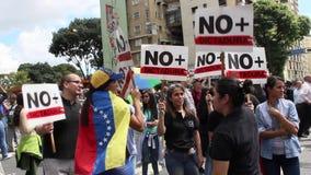 Manifestantes contra marcha de la dictadura de Nicolas Maduro en apoyo de Guaido almacen de metraje de vídeo