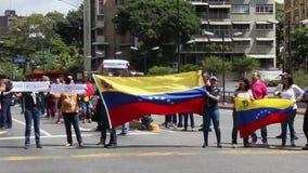 Manifestantes contra marcha de la dictadura de Nicolas Maduro en apoyo de Guaido metrajes