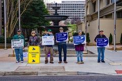 Manifestantes de la paz en el mercado de los granjeros de la ciudad de Roanoke Fotos de archivo