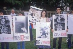 Manifestantes de los derechos de los animales que llevan a cabo las muestras, Los Ángeles, California Fotografía de archivo