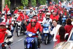 Manifestantes de Motocycle de la camisa roja en Tailandia Foto de archivo libre de regalías