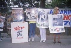 Manifestantes del derecho de los animales que llevan a cabo muestras Imagenes de archivo