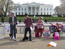 Manifestantes delante de la Casa Blanca Fotos de archivo libres de regalías