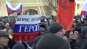 Manifestantes en el marzo en memoria de Nemtsov metrajes