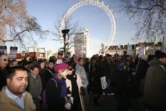 Manifestantes en el ojo de Londres Foto de archivo