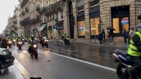 Manifestantes en motocicleta amarilla de los chalecos contra impuestos del aumento sobre la gasolina y el gobierno presentado die