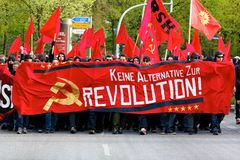 Manifestantes marzo con las banderas rojas Fotografía de archivo libre de regalías