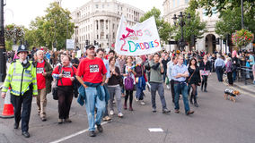 Manifestantes marzo contra Visit Londres del papa Fotos de archivo
