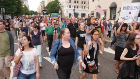 Manifestantes marzo del Anti-odio en la avenida de Pennsylvania almacen de video
