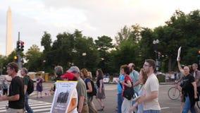 Manifestantes marzo del Anti-odio en la avenida de Pennsylvania cerca de Washington Monument almacen de metraje de vídeo