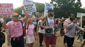 Manifestantes marzo del Anti-triunfo y canto fuera de la Casa Blanca almacen de video