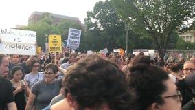 Manifestantes marzo del Anti-triunfo y canto fuera de la Casa Blanca metrajes