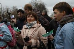 Manifestantes no identificados apoyados por el equipo de Imagenes de archivo