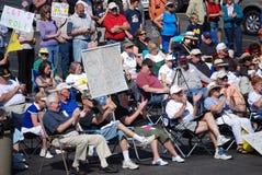 Manifestantes que animan al locutor Imagenes de archivo