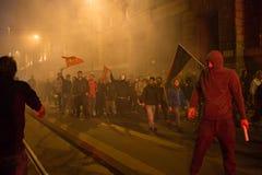 Manifestantes que lanzan botes de humo para limpiar delante del consulado turco en Milán, Italia Foto de archivo