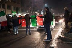 Manifestantes que protestan contra el gobierno en Milán, Italia Imagenes de archivo