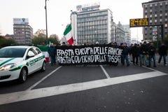 Manifestantes que protestan contra el gobierno en Milán, Italia Imagen de archivo libre de regalías