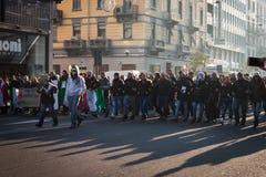 Manifestantes que protestan contra el gobierno en Milán, Italia Fotos de archivo libres de regalías