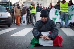 Manifestantes que protestan contra el gobierno en Milán, Italia Foto de archivo