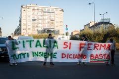 Manifestantes que protestan contra el gobierno en Milán, Italia Imágenes de archivo libres de regalías