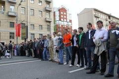 Manifestantes rusos alineados Imagenes de archivo