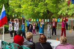 Manifestation sportive d'enfants dans l'école maternelle Photo libre de droits