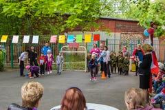 Manifestation sportive d'enfants dans l'école maternelle Photos libres de droits