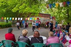 Manifestation sportive d'enfants dans l'école maternelle Photos stock