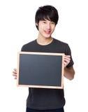 Manifestazione asiatica dell'uomo con la lavagna Fotografia Stock Libera da Diritti