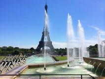 Manifestazione bella della caduta dell'acqua alla torre Eiffel Parigi france Fotografia Stock