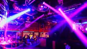 Manifestazione Colourful delle luci del proiettore nell'ambito del soffitto in night-club stock footage