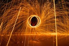 manifestazione dacing del fuoco dell'oscillazione dell'uomo sulla spiaggia fotografie stock libere da diritti