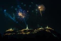 Manifestazione dei fuochi d'artificio alla notte con la priorità alta della pagoda Immagine Stock Libera da Diritti