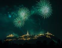 Manifestazione dei fuochi d'artificio alla notte con la priorità alta della pagoda Fotografie Stock
