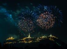 Manifestazione dei fuochi d'artificio alla notte con la priorità alta della pagoda Immagini Stock