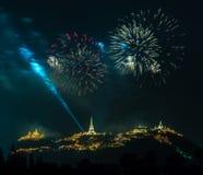 Manifestazione dei fuochi d'artificio alla notte con la priorità alta della pagoda Fotografia Stock Libera da Diritti