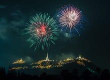 Manifestazione dei fuochi d'artificio alla notte con la priorità alta della pagoda Immagini Stock Libere da Diritti